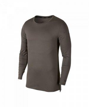 nike-fitted-top-sweatshirt-training-grau-f202-sportbekleidung-trainingsoutfit-equipment-ausruestung-ausstattung-aa1587.jpg